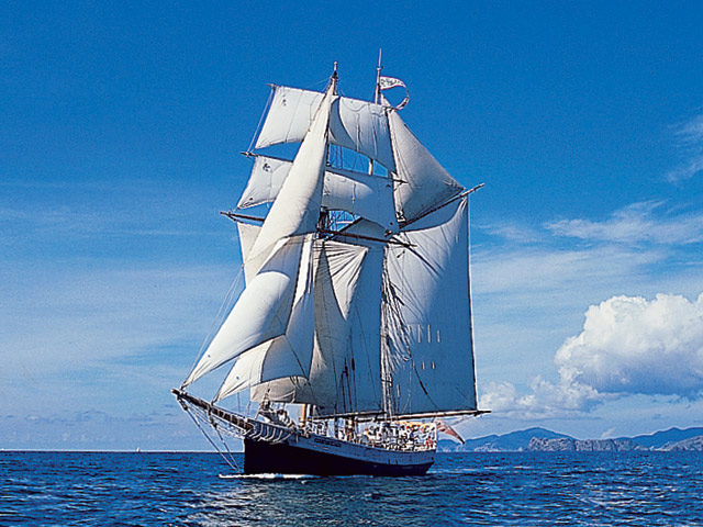 R Tucker Thompson sails 01.jpg